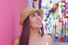 Porträt der schönen jungen Frau, die einen Panama-Hut in der historischen Mitte der alten Stadt Quito in Nord-Ecuador in trägt stockbild