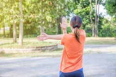 Porträt der schönen jungen Frau, die im Park trainiert Lizenzfreie Stockfotos
