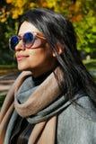 Porträt der schönen jungen Frau im Herbstgarten Lizenzfreie Stockfotos