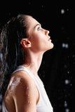 Porträt der schönen jungen Frau im Wasserstudio Überraschendes Kind Lizenzfreie Stockfotos