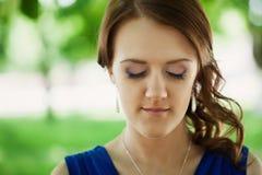 Porträt der schönen jungen Frau mit Augen schloss, gegen summ Stockfotografie