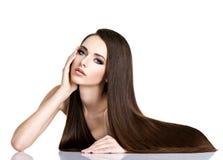 Porträt der schönen jungen Frau mit dem lang geraden braunen Haar Stockfotografie