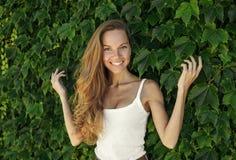 Porträt der schönen jungen Frau mit dem perfekten Haar Stockfotos