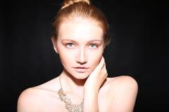 Porträt der schönen jungen Frau mit dem roten Haar und den Sommersprossen Stockfoto