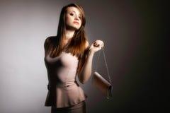 Schöne junge Frau mit Handtasche. lizenzfreies stockbild