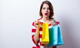 Porträt der schönen jungen Frau mit Einkaufstaschen auf dem wond Lizenzfreie Stockfotografie