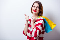Porträt der schönen jungen Frau mit Einkaufstaschen auf dem wond Stockfotografie