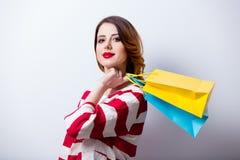 Porträt der schönen jungen Frau mit Einkaufstaschen auf dem wond Stockfotos