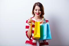 Porträt der schönen jungen Frau mit Einkaufstaschen auf dem wond Stockbild