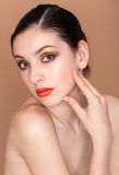 Porträt der schönen jungen Frau mit frischem säubern Stockbilder