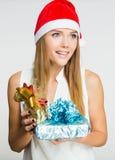 Porträt der schönen jungen Frau mit Geschenken Lizenzfreie Stockfotografie