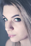 Porträt der schönen jungen Frau mit grünen Augen Stockbilder