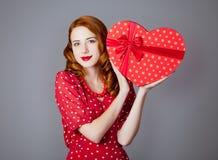 Porträt der schönen jungen Frau mit Herzen formte Geschenk auf Stockfoto