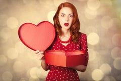 Porträt der schönen jungen Frau mit Herzen formte Geschenk auf Stockbilder