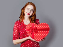 Porträt der schönen jungen Frau mit Herzen formte Geschenk auf Lizenzfreies Stockbild