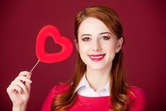 Porträt der schönen jungen Frau mit Herzen formte Spielzeug auf dem w Lizenzfreie Stockbilder