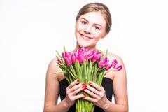 Porträt der schönen jungen Frau mit langem Haar- und Zaubermake-up Mädchen, das Tulpen hält Schönes Tanzen der jungen Frau der Pa Lizenzfreies Stockbild
