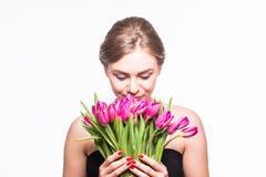 Porträt der schönen jungen Frau mit langem Haar- und Zaubermake-up Mädchen, das Tulpen hält Schönes Tanzen der jungen Frau der Pa Lizenzfreie Stockfotos