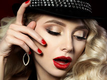 Porträt der schönen jungen Frau mit Modemake-up Lizenzfreie Stockfotografie