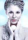 Porträt der schönen jungen Frau mit silbernen Weihnachtsbällen Lizenzfreies Stockbild