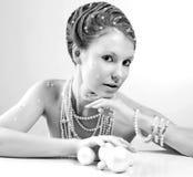 Porträt der schönen jungen Frau mit silbernen Weihnachtsbällen Stockfotografie