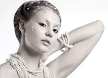 Porträt der schönen jungen Frau mit silbernen Weihnachtsbällen Stockbilder