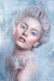 Porträt der schönen jungen Frau mit silbernen Weihnachtsbällen Fantasiemädchenporträt Winterfeenporträt Junge Frau mit kreativem  Lizenzfreie Stockfotografie