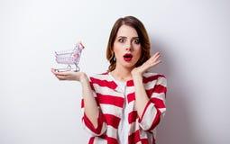 Porträt der schönen jungen Frau mit Warenkorb auf dem wond Lizenzfreies Stockbild