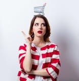 Porträt der schönen jungen Frau mit Warenkorb auf dem wond Lizenzfreie Stockbilder