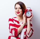 Porträt der schönen jungen Frau mit Wecker auf dem Wunder Stockbilder