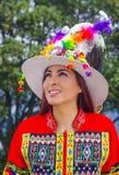 Porträt der schönen jungen Frau, welche die typische Folklorekleidung benutzt für Festlichkeit und Tanz in der Straße an trägt lizenzfreie stockfotos
