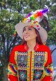 Porträt der schönen jungen Frau, welche die typische Folklorekleidung benutzt für Festlichkeit und Tanz in der Straße an trägt lizenzfreies stockbild