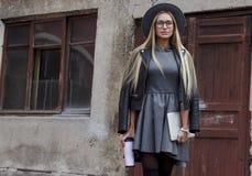 Porträt der schönen jungen Geschäftsfrau draußen Lizenzfreies Stockbild