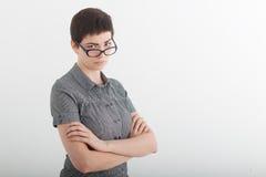 Porträt der schönen jungen Geschäftsfrau oder des verärgerten weiblichen Lehrers, die beschuldigen über ihren Gläsern die Stirn r Lizenzfreie Stockfotos