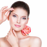Porträt der schönen jungen hübschen Frau mit gesunder Haut Stockfotografie