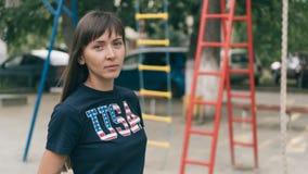 Porträt der schönen jungen hübschen Frau mit nationaler USA-Flagge auf T-Shirt Lizenzfreies Stockbild
