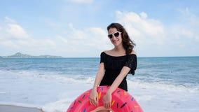Porträt der schönen jungen lächelnden Jugendlichen, wie sie die Kamera untersucht Nette touristische Frau, die auf tropischem auf stock video