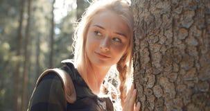 Porträt der schönen kaukasischen Frau, die durch einen Baum aufwirft Lizenzfreie Stockfotografie
