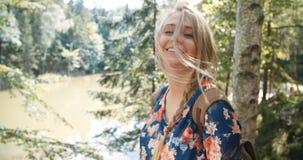 Porträt der schönen kaukasischen Frau, die in einem Wald sich entspannt Stockbilder