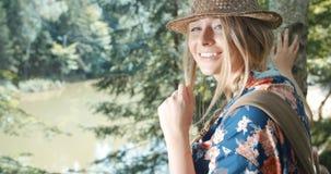 Porträt der schönen kaukasischen Frau in einem Waldtragenden Hut lächelnd zu einer Kamera Stockfoto