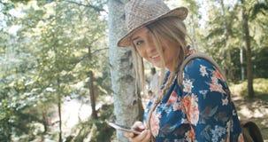 Porträt der schönen kaukasischen Frau in einem Waldtragenden Hut lächelnd zu einer Kamera Lizenzfreie Stockfotografie