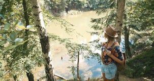 Porträt der schönen kaukasischen Frau in einem Waldtragenden Hut, der in einem Wald sich entspannt Lizenzfreie Stockbilder