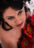 Porträt der schönen Kunst der Schönheit mit Blumen lizenzfreies stockfoto
