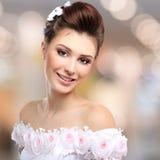 Porträt der schönen lächelnden Braut im Hochzeitskleid Stockbild