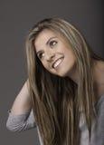 Porträt der schönen lächelnden jungen Frau mit dem langen Haar Lizenzfreies Stockbild