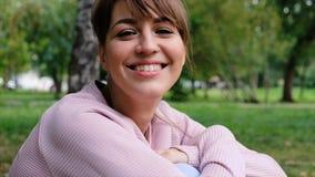 Porträt der schönen lächelnden kaukasischen jungen Frau in der städtischen Umwelt junges Hippie-Mädchen, welches die Kamera betra stock footage