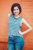 Porträt der schönen lächelnden lateinischen hispanischen Mädchenfrau des jungen Hippies mit Pendel des kurzen Haares Lizenzfreies Stockbild