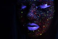 Porträt der schönen Mode-Frau in Neon-uF-Licht Vorbildliches Girl mit Leuchtstoff kreativem psychedelischem Make-up, Kunst Stockfotos