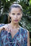 Porträt der schönen Modefrau in den Tropen Stockfoto