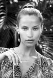 Porträt der schönen Modefrau in den Tropen Stockfotografie